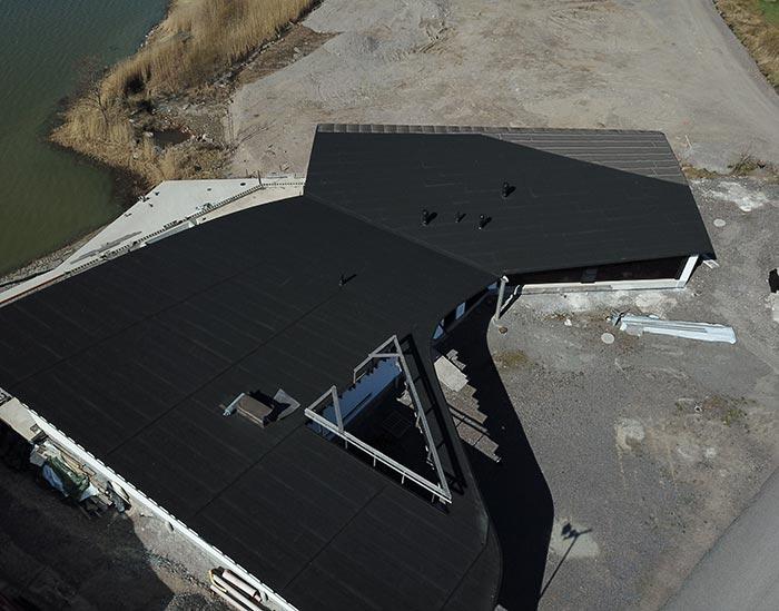 Uusi upea huopakatto koulun katolla.